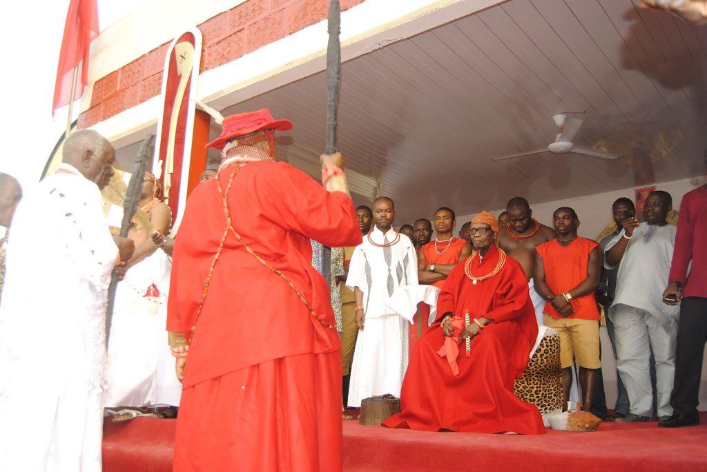 Paying+homage+to+Oba+of+Benin